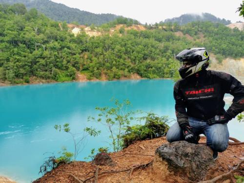 Blue lake at Muadzam Shah